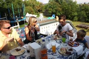 Kenneth, Mona, Kevin og Remi kose seg me grillmat.