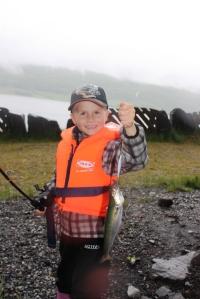 Remi har fått sin aller første fisk! Stoltere enn stoltest!
