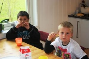 Didrik og Remi spis pannekake!