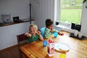 Phillip og Erling spis pannekake!