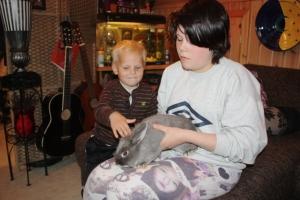 Mia og Phillip kose me Bella, kaninen til Mia!