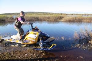Joonas kjørte snøskutern på vannet...