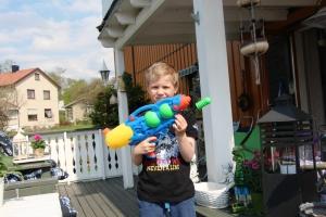 Kl 11.30 Guttan har vannkrig i hagen