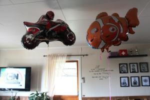 Kl 8.30, Ballongene fra gårsdagens 17. mai feiring