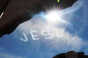 Jesus in the sky... (et fly som skrev Jesus Loves U!)