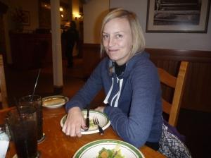 Salat før middag. Passe på så ikke kelnern tar salaten hennes før ho e ferdi..