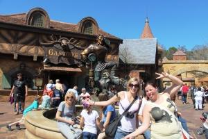 Meg og Iselin foran Gastons taverna.