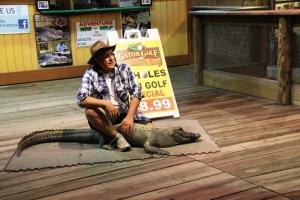 Alligatoren og alligatormannen som holdt til på andre sida av veien for hotellet. Gatorgolf..vi va der vi..we'll get to that later...