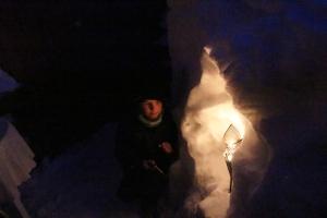 Remi fikk hjelpe farmor med alle lysene..
