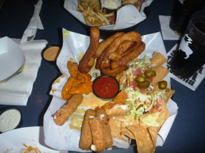 Mmm mat. Mozzarella sticks, løkringer, buffalowings, nachos me topping!