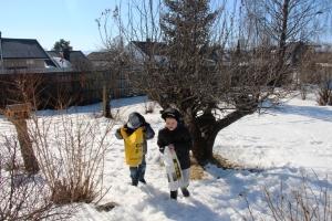 Remi og Leo leter også etter påskeegg!