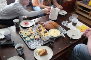 Litt kos for oss voksne også mens ungene koser seg med godteri. Banankake, Cake Pops (som var helt like de på pakka... :S ) og minimuffins med poppin topping!  :D Og 5 kanner kaffe da..