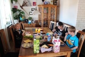 Påskefrokost! Leo har overnatta hos oss. Her koser vi oss med egg og greier..