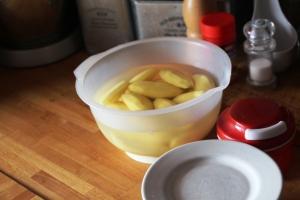 Kl 11.15, forberede middagen, som skal være potetstappe og finnbiff..