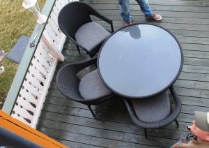 Kl 14.15, De har vært å kjøpt nye terrassemøbler nede