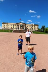 Foran slottet, etter å ha kjøpt oss soft is...Det va varmt!!