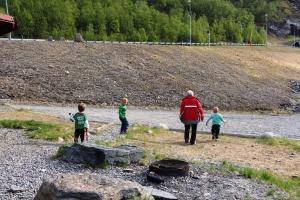 På ny fiske/grilltur på båen. Mamma og guttan ska en tur ned og kaste stein i vanet..