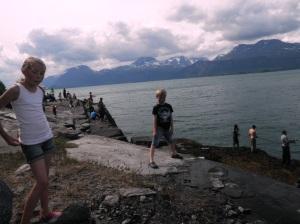 Miriam og Remi på fiskefestivalen å ser på..
