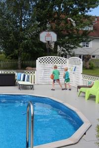 Søstra til Jan har et ganske greit basseng i hagen.