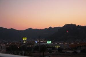 Solnedgang gir fine farga på himmeln.