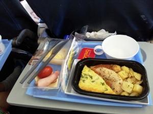Overraskende god Flymat! Omelett, kyllingfilet og stekt potet!