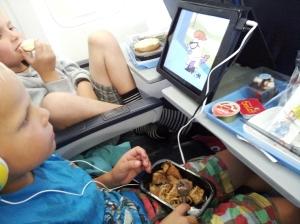 Guttan fikk pannekaker!  Ipad e genialtpå tur! (viaplay og muligheten for nedlasting av serier det samme!)