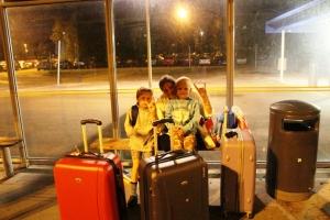 Vente på bussn inn til terminalen på parkeringa P4 på Gardermoen. kl e vel sånn ca halv 4 om mårran...