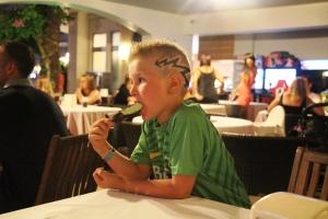 Remi har vært hos frisøren på hotellet. Her spis han pistasj is (ikke inkludert)