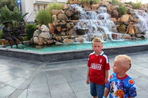 Guttan og en fontene.