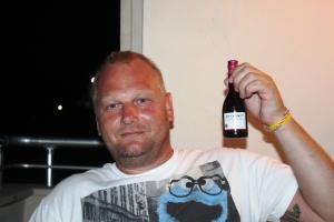 Jan kosa seg med en flaske vin en kveld..tenk han drakk hele aleina...
