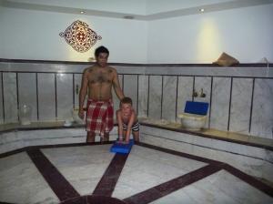 Eg og Remi tok tyrkisk bad! Så koselig mamma og Remi tid. Startet med varm badstue, så ble jeg skrubbet og Remi fikk sjokolademassasje.