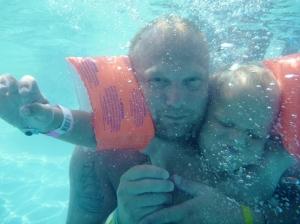 Men først mamma ta bilde av meg og pappa under vann...