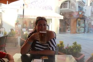 På en liten restaurandt me kald damp i bakgrunn(ikke min øl kun et photomoment)