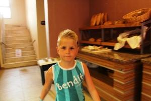 Remi på middagsbuffeen. Brødbenken bak.