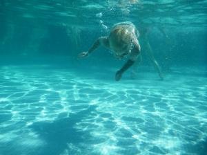 Phillip kan også svømme, men bare under vann..ellers syns han..merkelig...