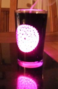 Her har eg akkurat blåst ut lyset, da kjenne man nesten mest lukt. Og lyset i glasset slukker etter ett par sekunder.