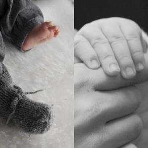 Småfotan, en med mammastrikka læst(altså min mamma, den andre lå på gulvet et sted mellom badet og stua.) og Iselin og Aslak sine fingra på det andre bilde.