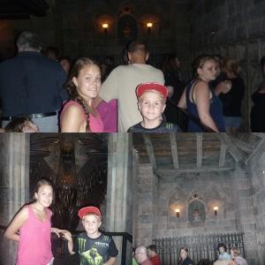 Inne på Hogwarts (Galtvort) Foran inngangen til Dumbeldore sitt kontor. :D Og utvelgelses hatten (the Sorting Hat)