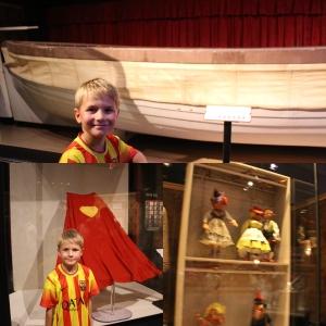 Remi med kappa til supermann, dukene fra Sound of Music og en av livbåtene fra filmen Titanic.