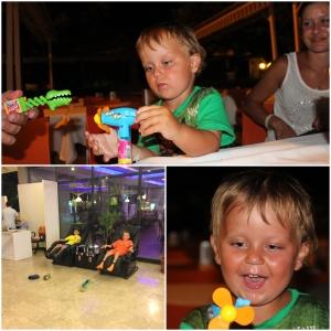 Noah og Jan leker...med vifte og krokodille godteri... :D Og så massasjestolene da...